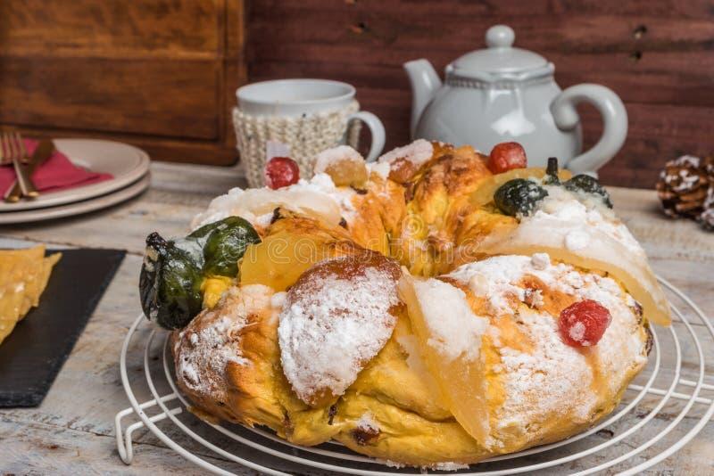 Король Испечь с гайками - Bolo Rei традиционный торт Xmas с изюминками гайкой и замороженностью плодов на деревянном столе стоковые изображения rf