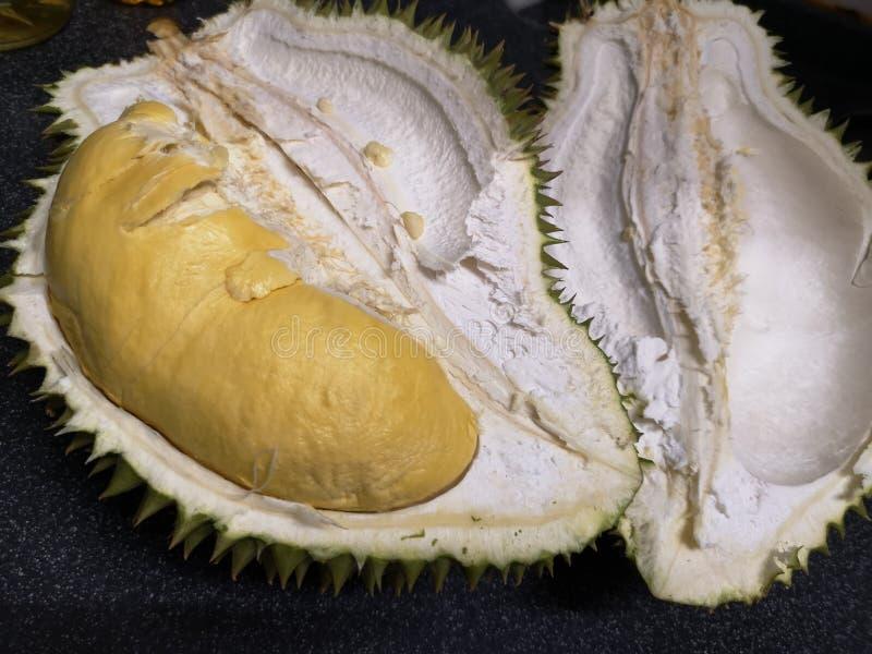 Король плода плоть и зрелый дуриан внутрь желтая и зеленая острая кожа стоковые фотографии rf