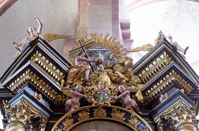 Коронование девой марии, алтар побивание камнями Protomartyr St Stephen в Cistercian аббатстве Bronnbach в Reicholzheim, Германии стоковое изображение rf