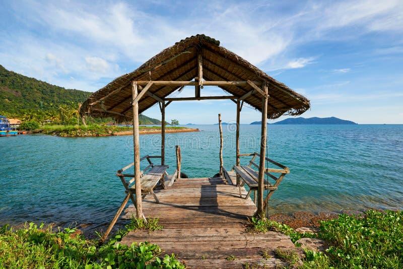 Короткая деревянная мола на пляже Koh Chang, Таиланда стоковые фотографии rf