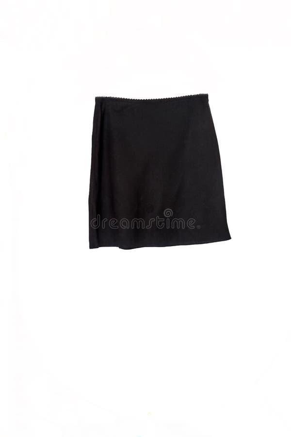 Короткая черная юбка на вешалке изолированной на белой предпосылке стоковые изображения
