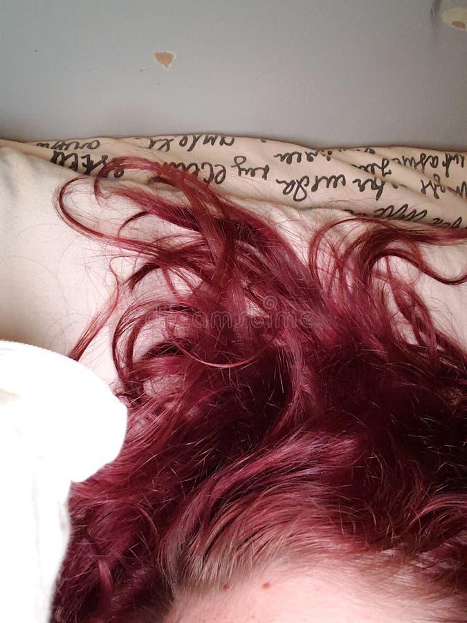 Короткие красные maroon волосы стоковые изображения