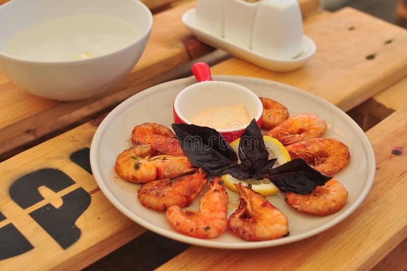 Королевские креветки зажаренные с сметанообразным соусом чеснока стоковые фото