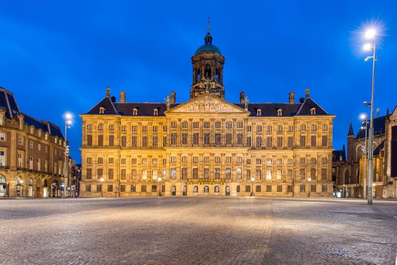 Королевский дворец в Амстердаме на квадрате запруды в вечере стоковая фотография rf