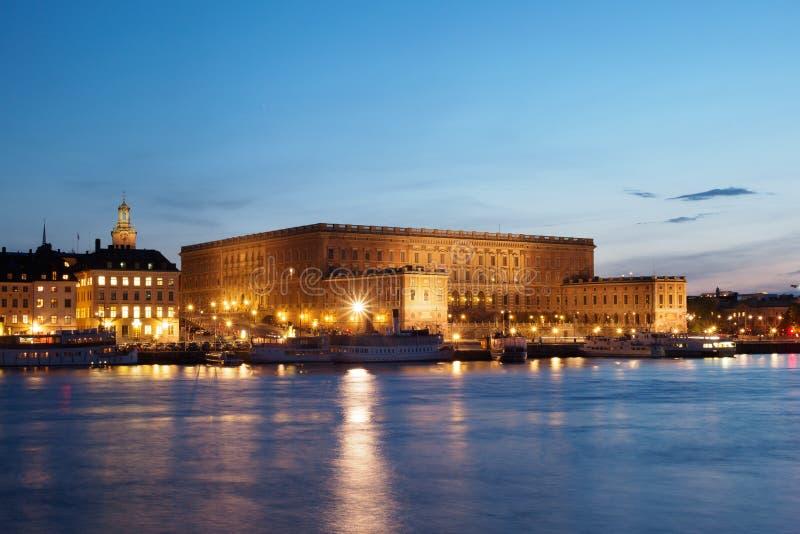 Королевский дворец в Стокгольме на ноче стоковое изображение
