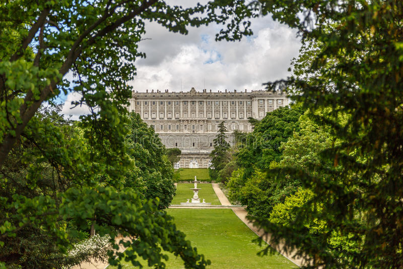 Королевский дворец Мадрида, увиденный от afar стоковое изображение rf