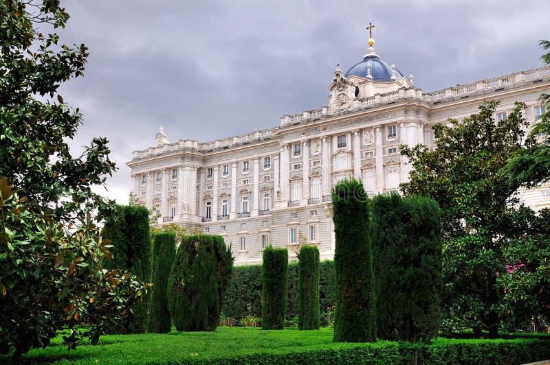 Королевский дворец увиденный от садов, Мадрид стоковые фотографии rf