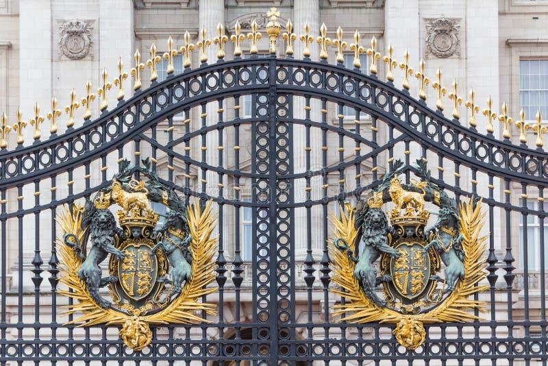 Королевский герб на главным образом стробе Букингемского дворца стоковые изображения