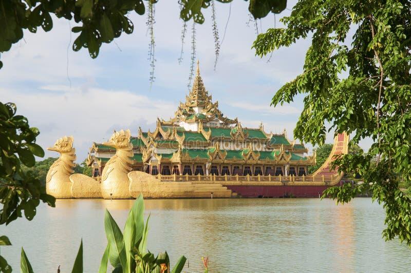 Королевский barge внутри Янгон Мьянма стоковые изображения
