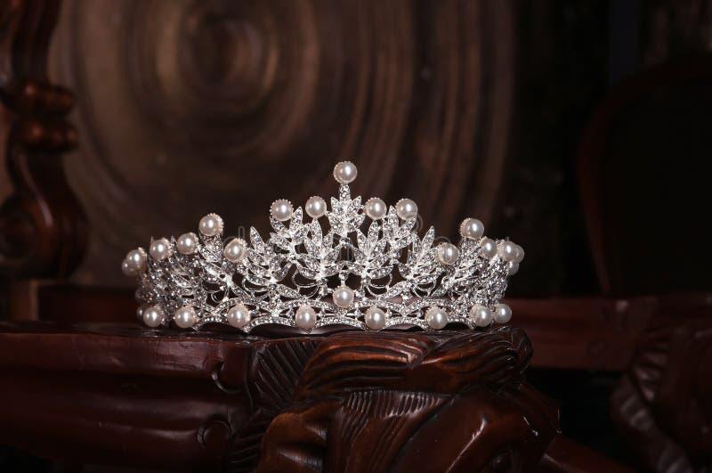 Королевский diadem жемчуга, крона для невесты Свадьба, ферзь стоковое фото rf