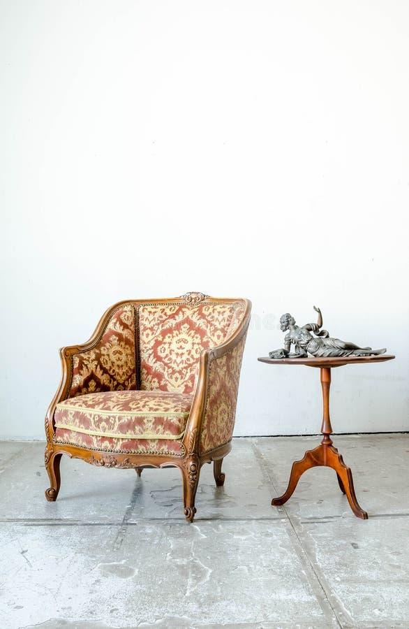 Королевское классическое кресло софы кресла стиля в винтажной комнате стоковое фото