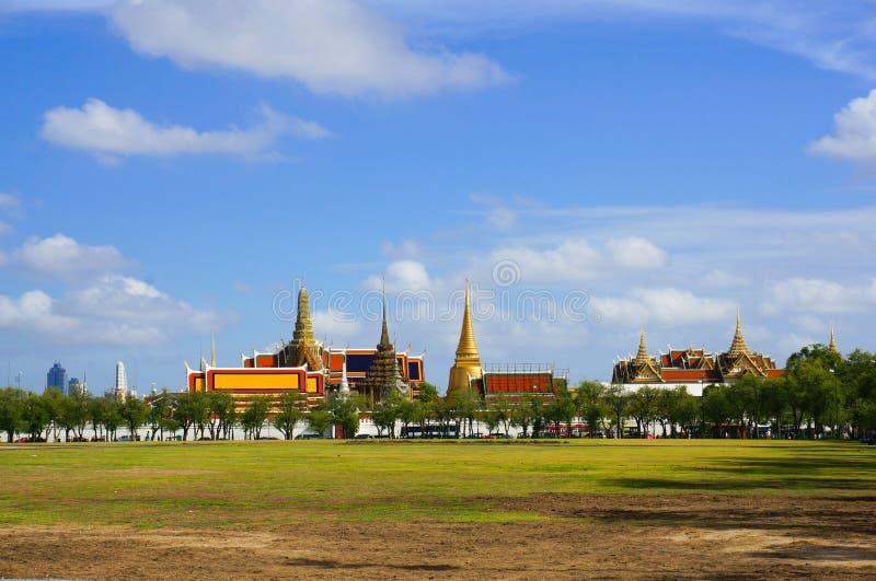 Королевское поле и грандиозный дворец в Таиланде стоковая фотография