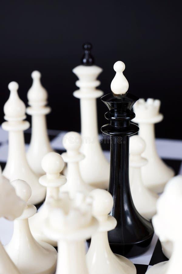 Король шахмат окруженный врагами Отказ и потеря стоковая фотография