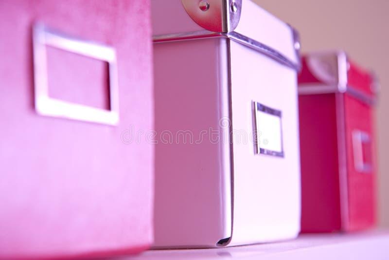 Корпоративные коробки архивохранилища на полке стоковое фото rf