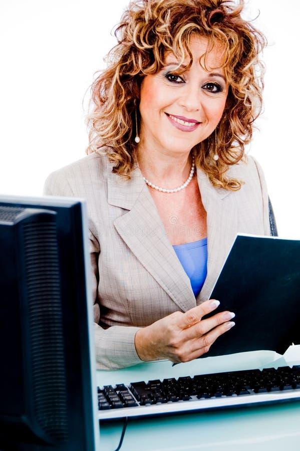 корпоративный архив смотря работу женщины стоковое изображение rf