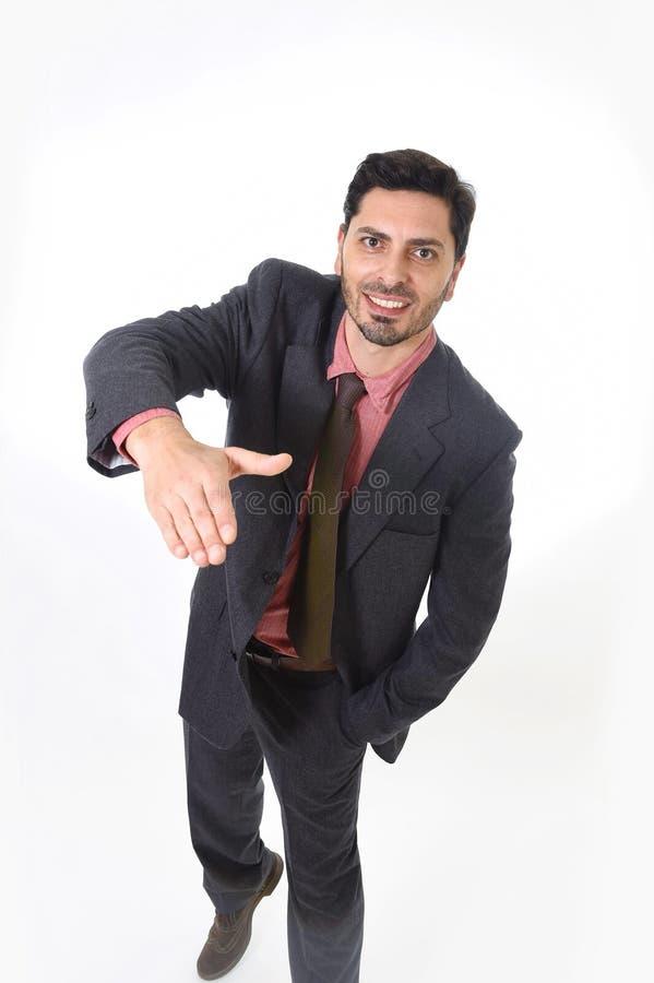 Корпоративный портрет молодого привлекательного бизнесмена латинской испанской этничности давая рукопожатие стоковые фото
