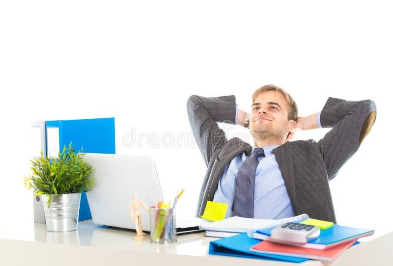 Корпоративный портрет молодого привлекательного бизнесмена полагаясь назад на его стул ослабил и усмехаться счастливый стоковое фото rf