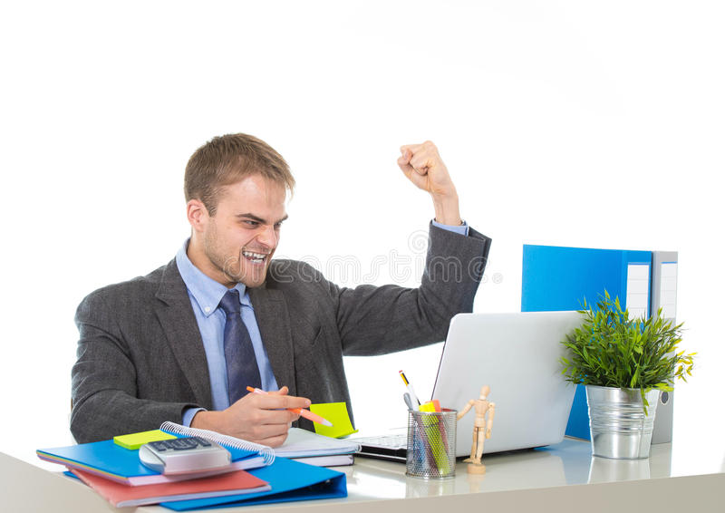 Корпоративный портрет молодого привлекательного бизнесмена показывать и празднуя возбужденный успех в бизнесе стоковые фото