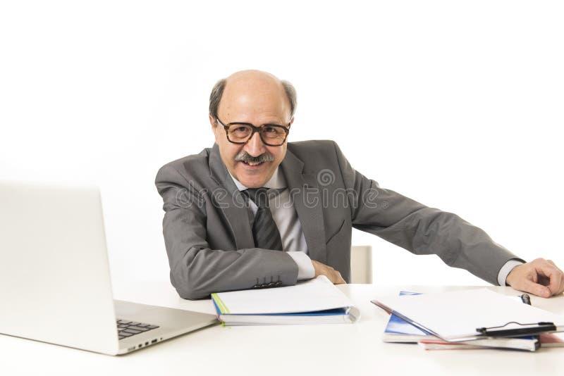 Корпоративный портрет confid облыселого счастливого бизнесмена 60s усмехаясь стоковые изображения rf