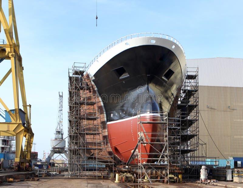 Корпус большого корабля под конструкцией на верфи Часть нового здания корабля в верфи стоковая фотография