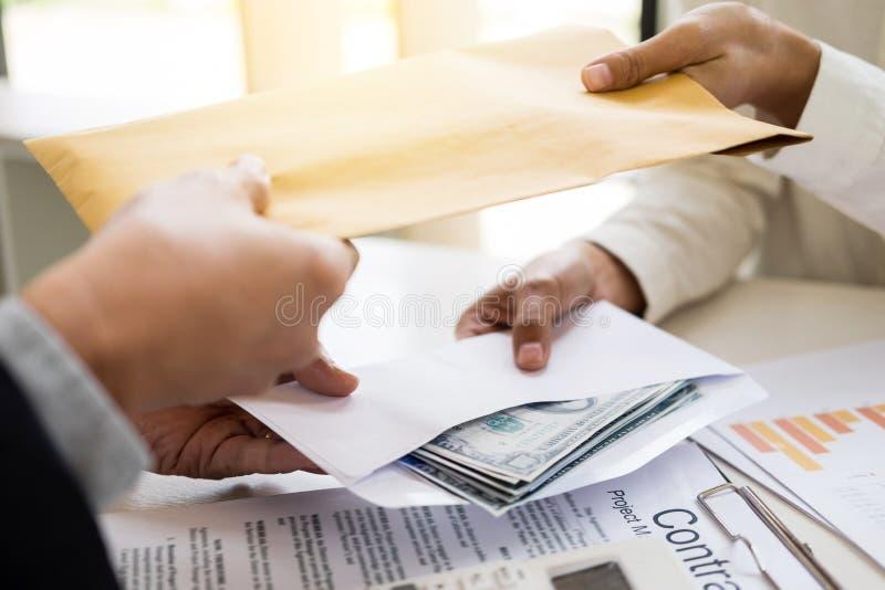 Коррумпированный бизнесмен, или взятка политика в форме hundre стоковая фотография rf