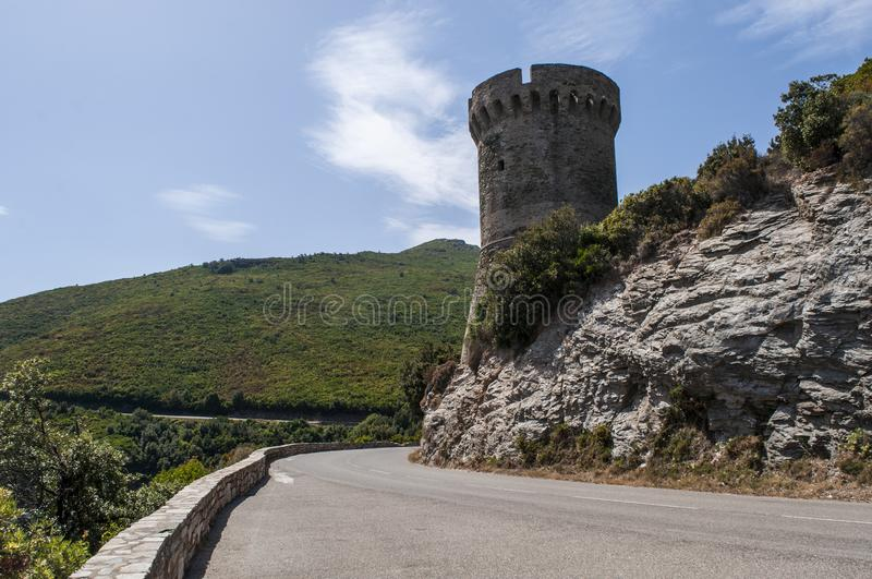 Корсика, крышка Corse, башня Losse, башня l ` Osse, Haute Corse, Genoese башни, Франции, Европы, острова, извилистой дороги стоковые фотографии rf