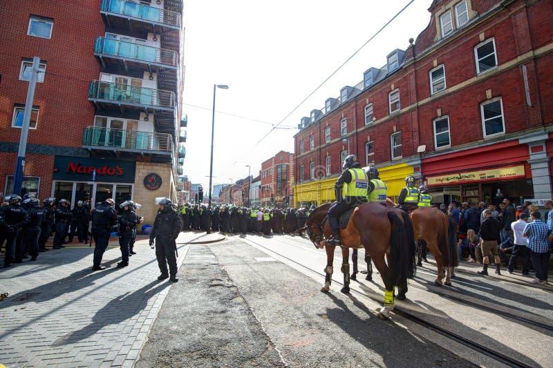 Кордон конной полиции и полиции по охране общественного порядка стоковое изображение