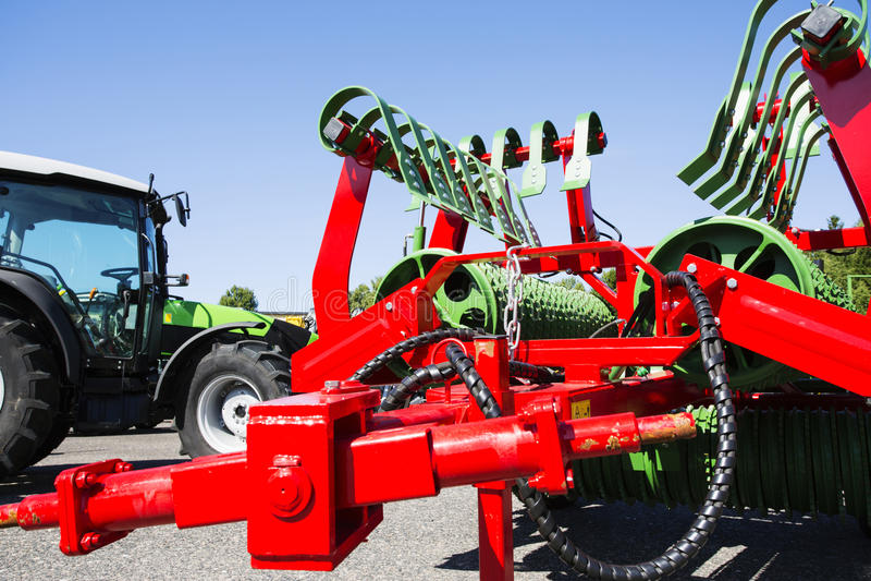 Косилка и трактор сельского хозяйства стоковые фото
