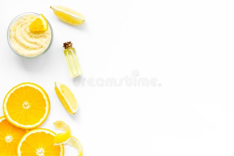 Косметика цитруса оранжевая для естественной гидромассажной ванны на белой насмешке взгляда сверху предпосылки таблицы вверх стоковые фото