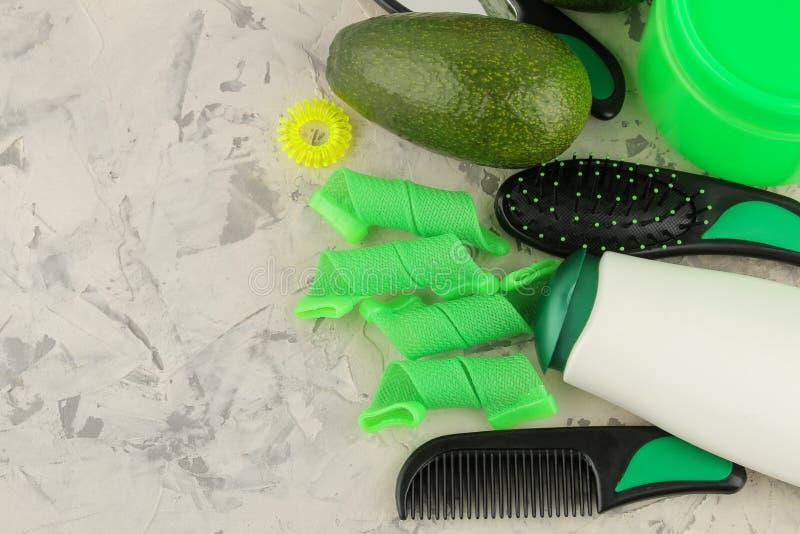 Косметики волос и аксессуары волос, гребни и barrettes и curlers волос на продуктах светлых конкретных ухода за волосами предпосы стоковые фотографии rf