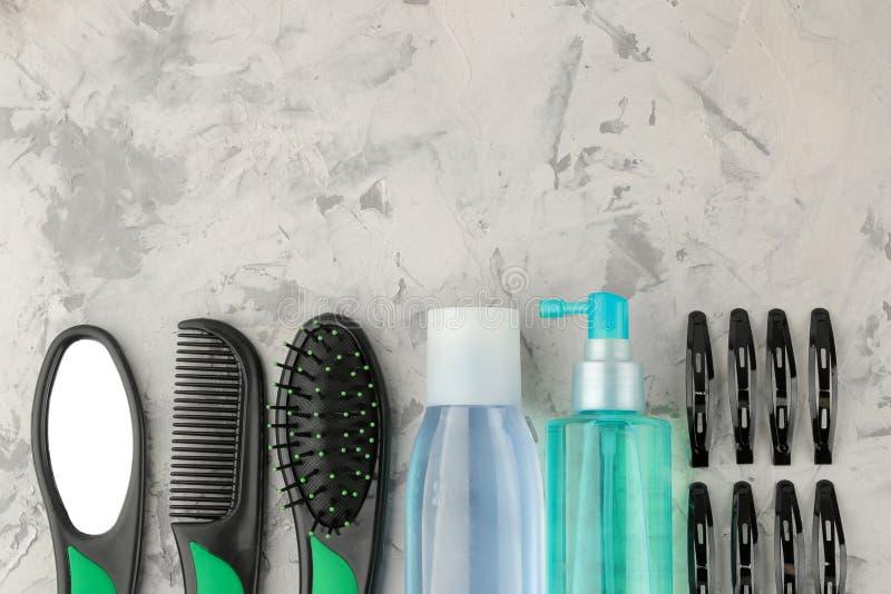 Косметики волос и аксессуары волос, щетки для волос и barrettes на продуктах светлых конкретных ухода за волосами предпосылки Взг стоковые изображения