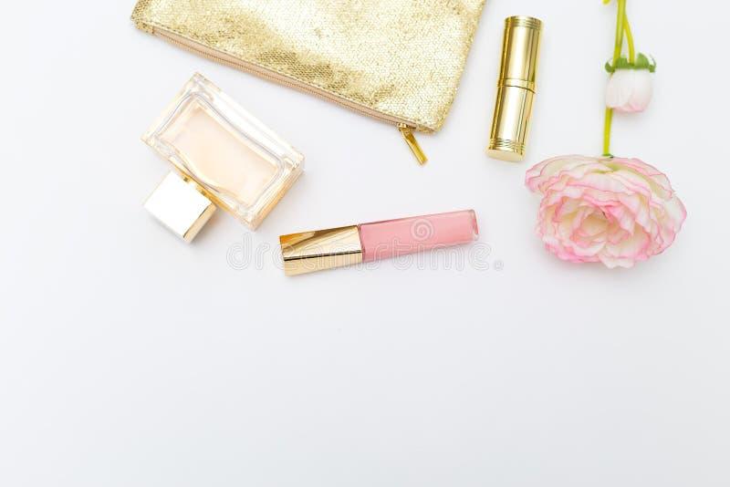 Косметики для пинка состава с золотом на белой предпосылке экземпляр стоковая фотография rf