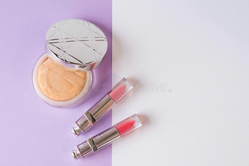 Косметики женщин на белой предпосылке порошок и губная помада плоские кладут розовый лоск губы r стоковые изображения rf