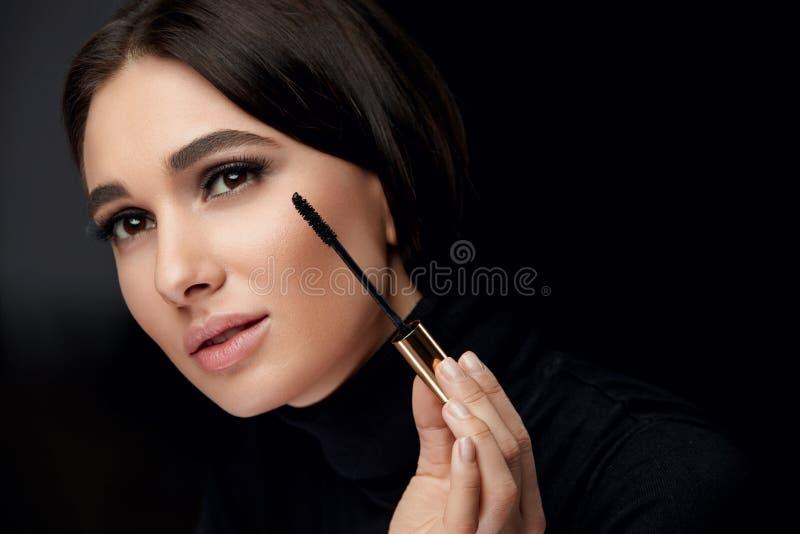 Косметики состава Женщина со стороной красоты прикладывая черную тушь стоковые изображения rf