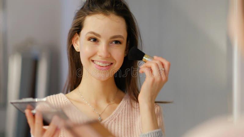 Косметики состава красоты девушка образа жизни применяется краснеют стоковые изображения rf