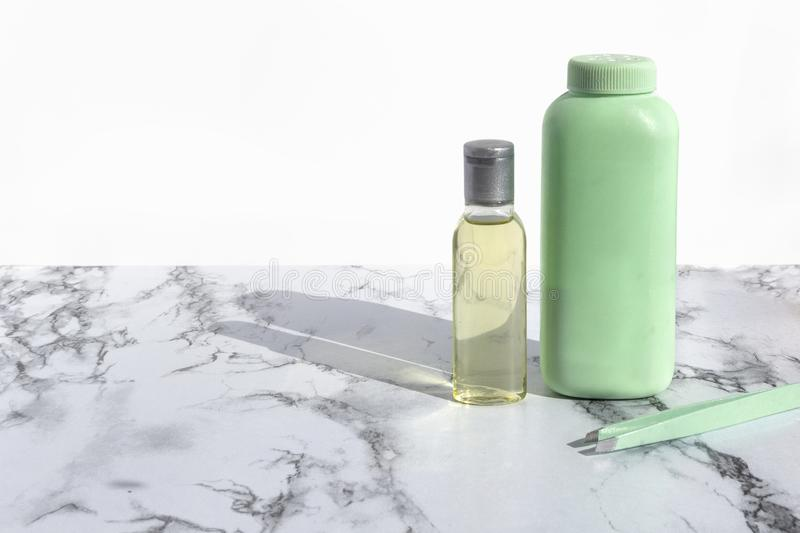 Косметическая бутылка с жидкостью для очищая стороны или составить перевозчика на мраморной предпосылке Естественные органические стоковое фото rf