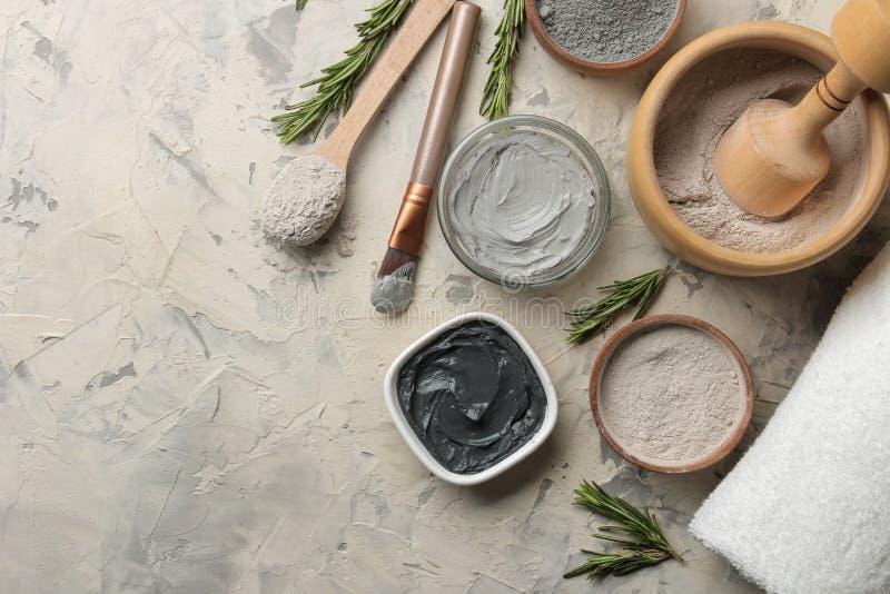 Косметическая глина маска глины лицевая на светлой предпосылке разные виды глины естественные косметики для косметических процеду стоковые изображения