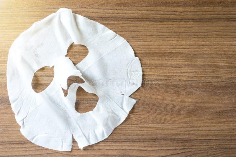 Косметическая маска на обработке стороны на деревянном столе стоковая фотография