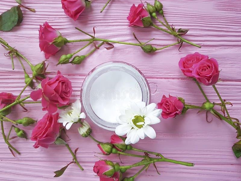 Косметическая сливк, розы, розовое деревянное стоковое изображение rf