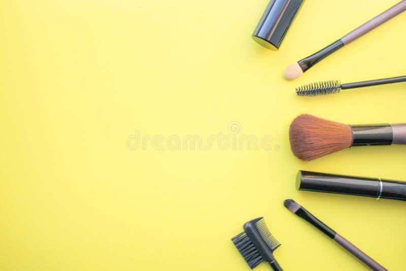 Щетки макияжа, щетки для ежедневного макияжа Косметические детали на желтой предпосылке, крупном плане стоковые фотографии rf