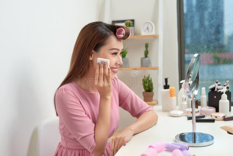 Косметические процедуры по красоты и концепция модернизации Женщина в молодой женщине curlers волос красивой используя пусковые п стоковые фотографии rf