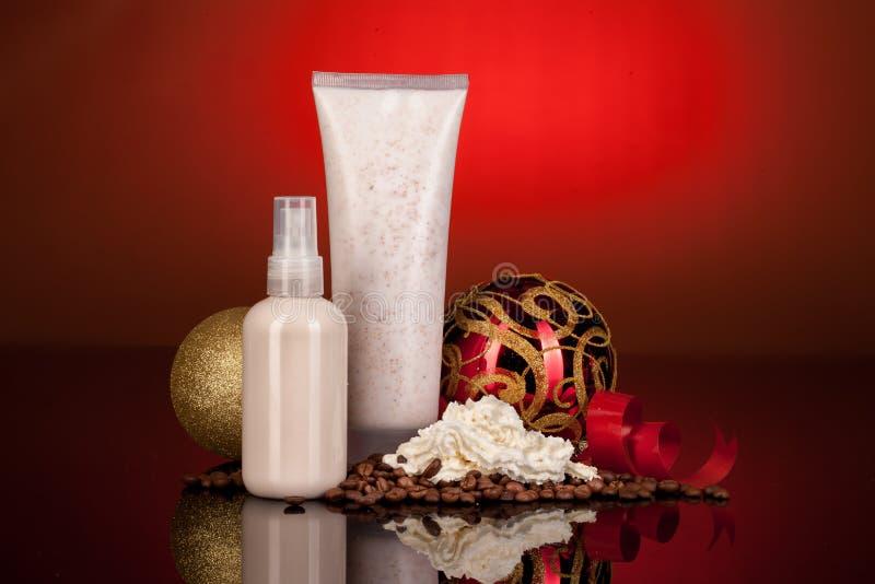Косметические сливк, шарики Нового Года и кофе стоковая фотография rf
