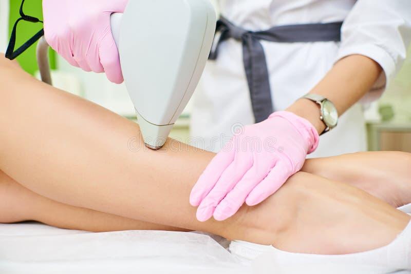 Косметический кабинет, удаление волос лазера, доктор и пациент стоковое изображение rf