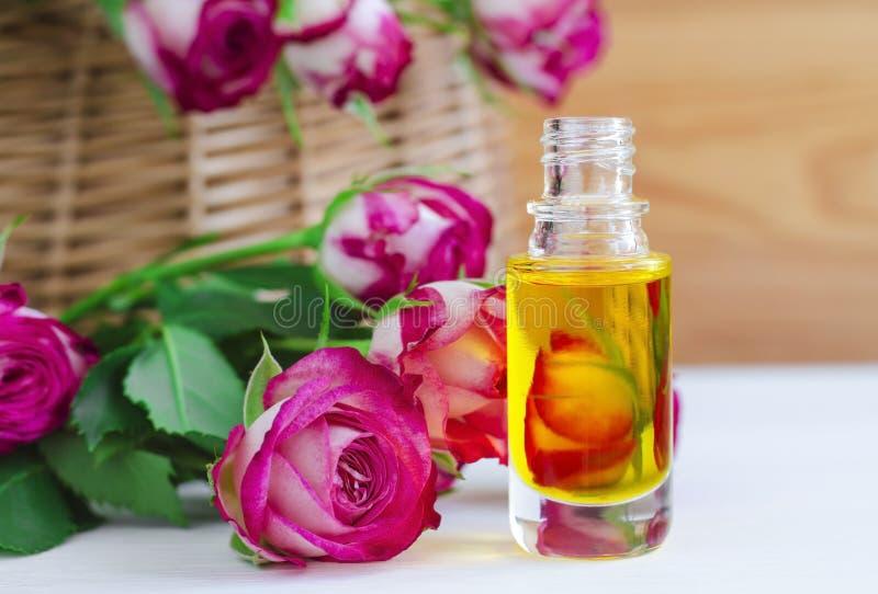 Косметическое масло ароматности с розовой сутью стоковые фотографии rf