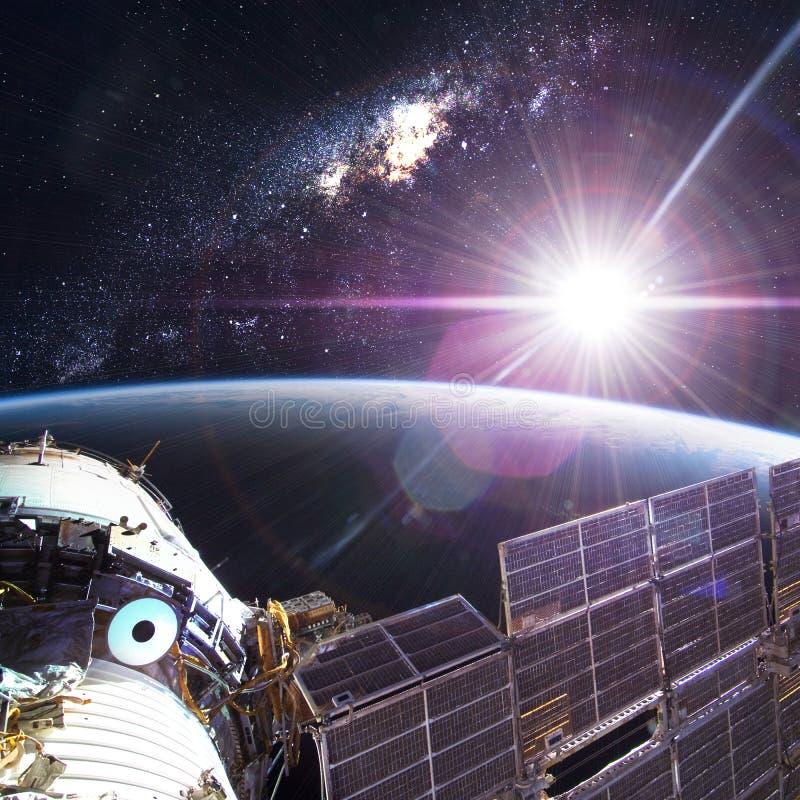 Космическая станция двигая по орбите сцена Earth стоковые изображения rf