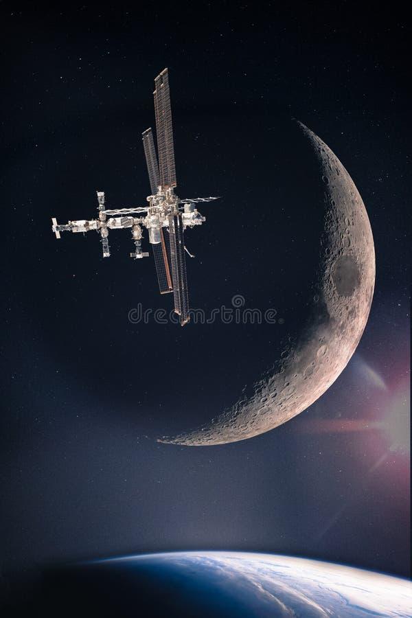 Космическая станция на звездной галактике над землей планеты стоковые изображения