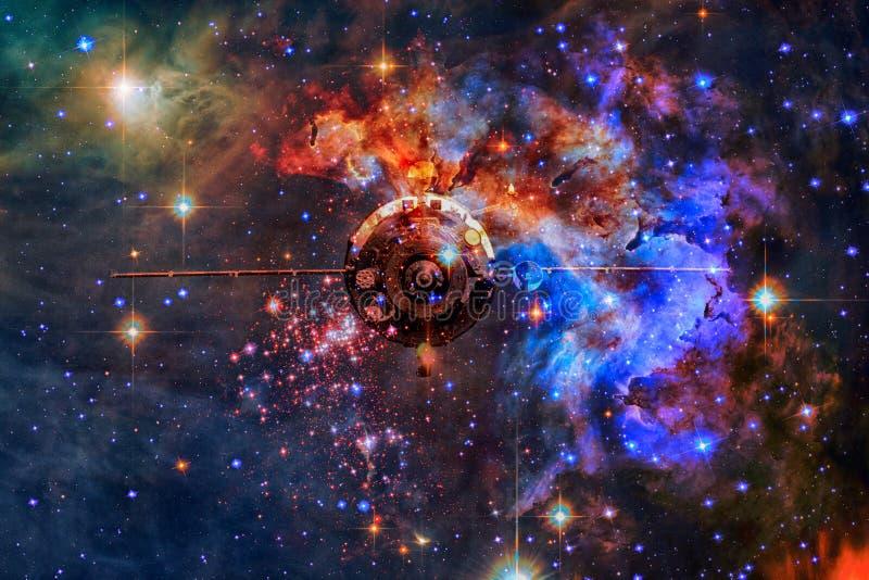 Космический корабль в космическом пространстве на фоне межзвёздного облака стоковые изображения