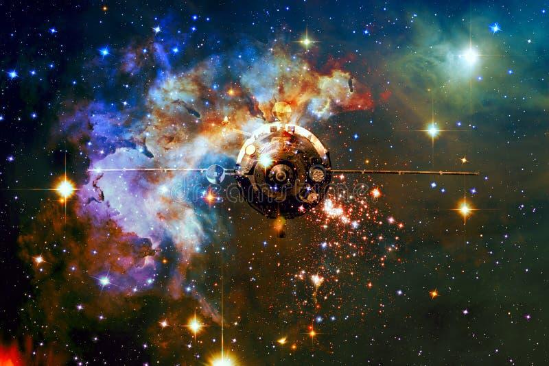Космический корабль в космическом пространстве на фоне межзвёздного облака стоковое фото rf