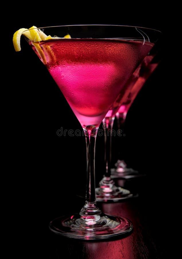 3 космополитических напитка в линии на черной предпосылке стоковое изображение