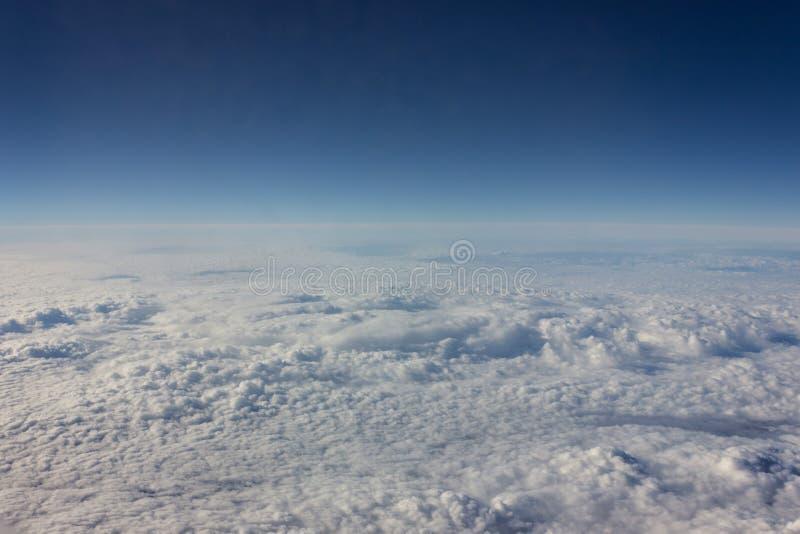 Космосы ясного неба через окно самолета стоковое фото rf
